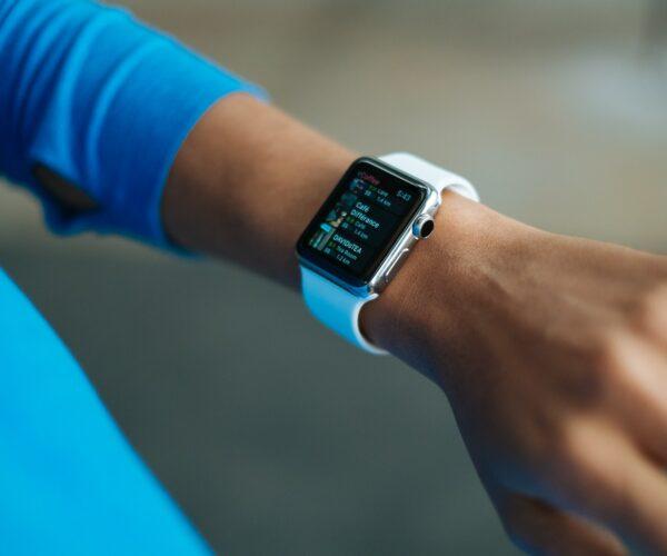 Smartwatch a smartband – dlaczego warto mieć jedno z urządzeń?